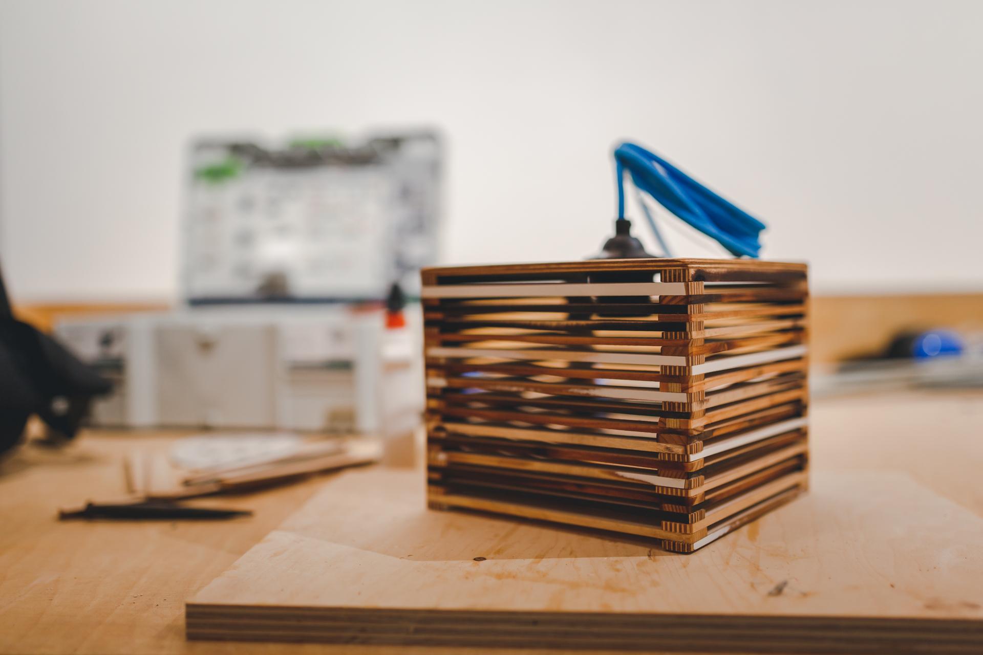 eva lichtobjekt aus restholz selber bauen die urbanisten. Black Bedroom Furniture Sets. Home Design Ideas